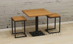 Квадратные стол и табуреты