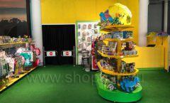 Торговое оборудование магазина сувениров Дино Клуба Сочи ЦВЕТНЫЕ МЕТАЛЛИЧЕСКИЕ СТЕЛЛАЖИ Фото 6