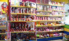 Торговое оборудование магазина в Green park ЦВЕТНЫЕ МЕТАЛЛИЧЕСКИЕ СТЕЛЛАЖИ Фото 05